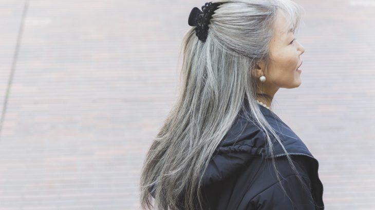 """""""白髪を活かしてオシャレを楽しむ""""「グレイヘアー」という考え方"""